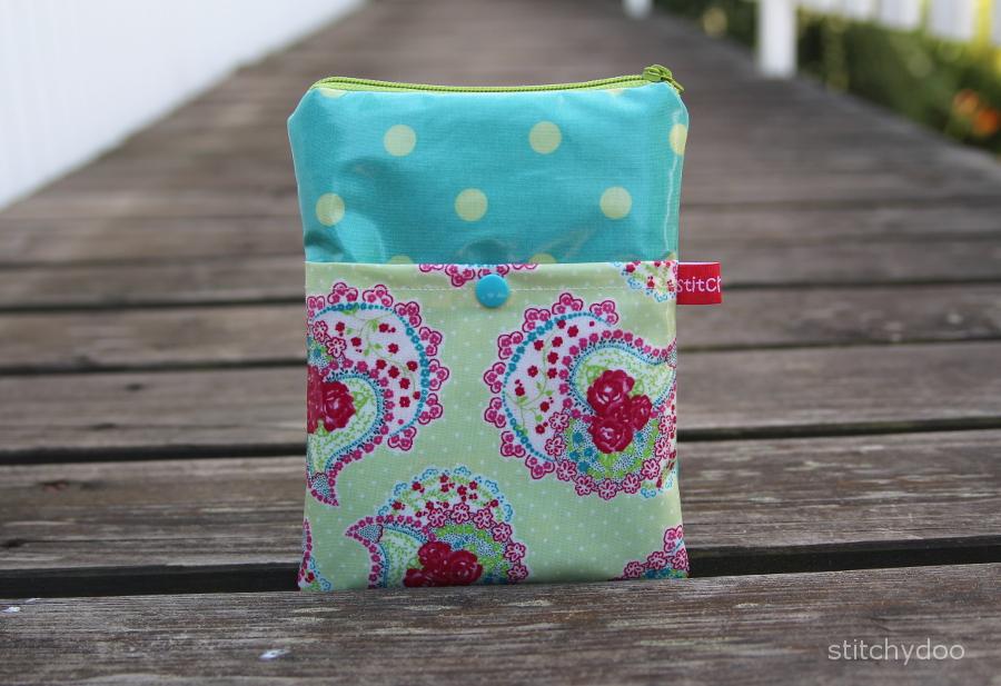 selbstgenähte eReader Tasche aus wasserabweisendem Wachstuch mit Reißverschluss
