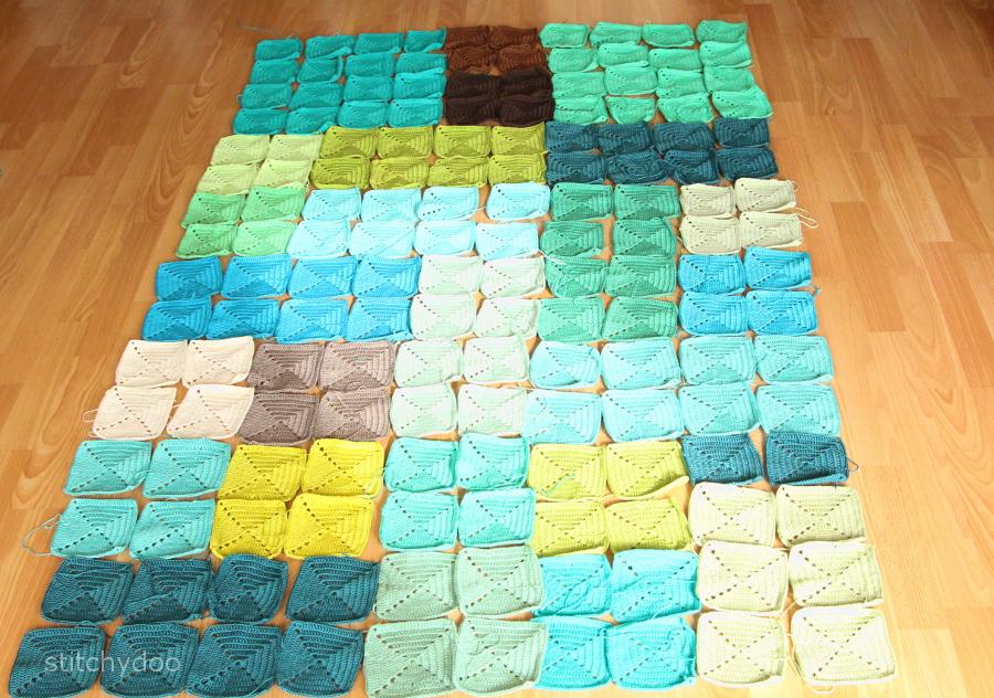 Häkeldecke aus bunten Granny Squares - Auslegevariante 2: In größeren gleichfarbigen Blöcken zusammengelegt