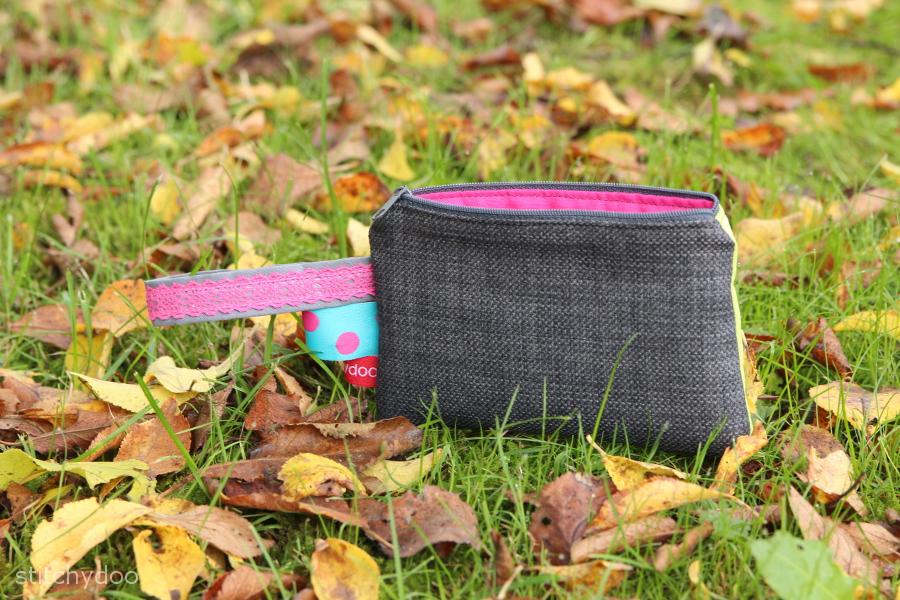 Kosmetiktasche / Kramtasche mit Elefanten-Applikation in grün/grau aus Baumwolle und Möbelstrukturstoff, Webbändern und Endlosreißverschluss.