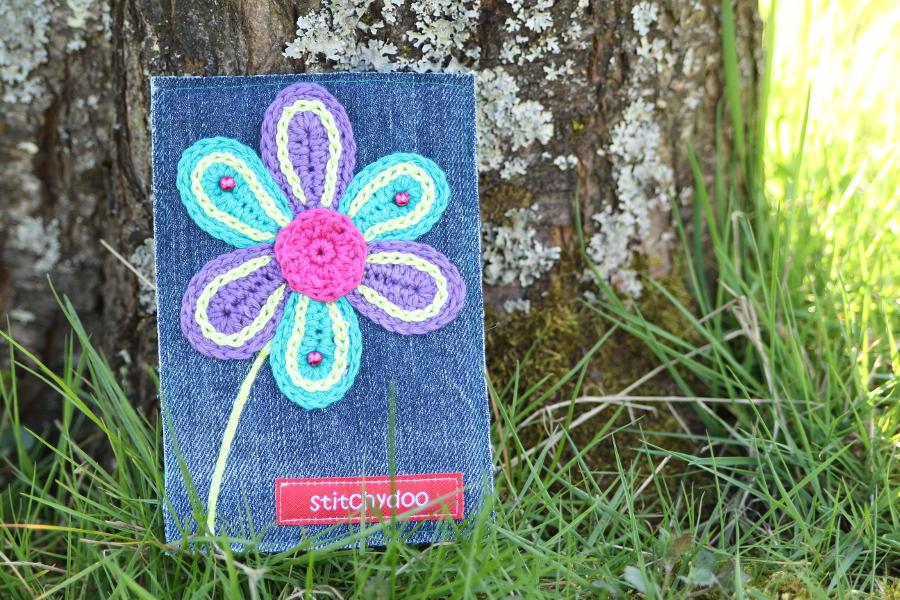 stitchydoo: Stoffkartentausch | Meine Frühlingsboten im April - Häkelblume auf Jeans