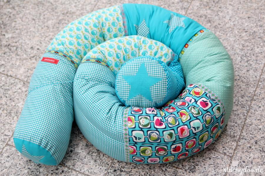 stitchydoo: Selbstgenähte große Bettschlange in Blautönen für Jungs