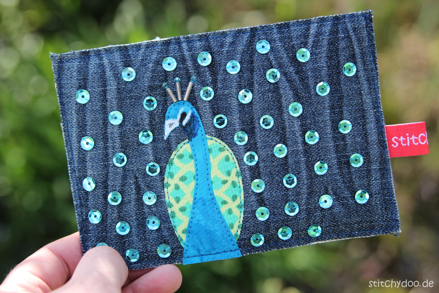 stitchydoo: Jeansrecycling Stoffkarten mit Pfau, Pailletten und Blingbling