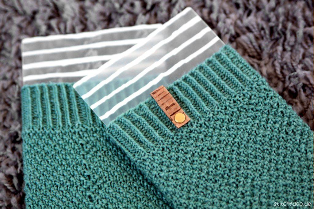 stitchydoo: Gestricktes Sockenpaar Nr. 2 - Perlmuster, Bumerangferse und Label aus Kork